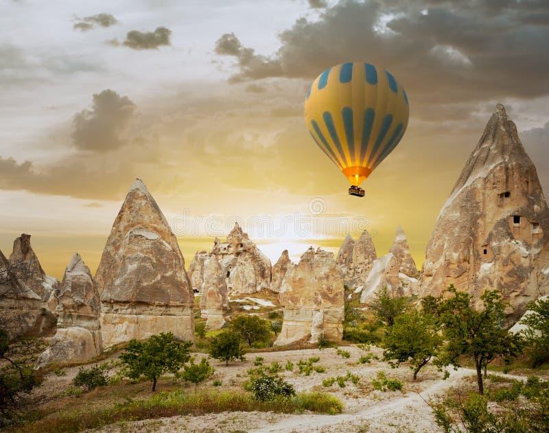 Hete luchtballons die over Cappadocia, Turkije vliegen stock foto