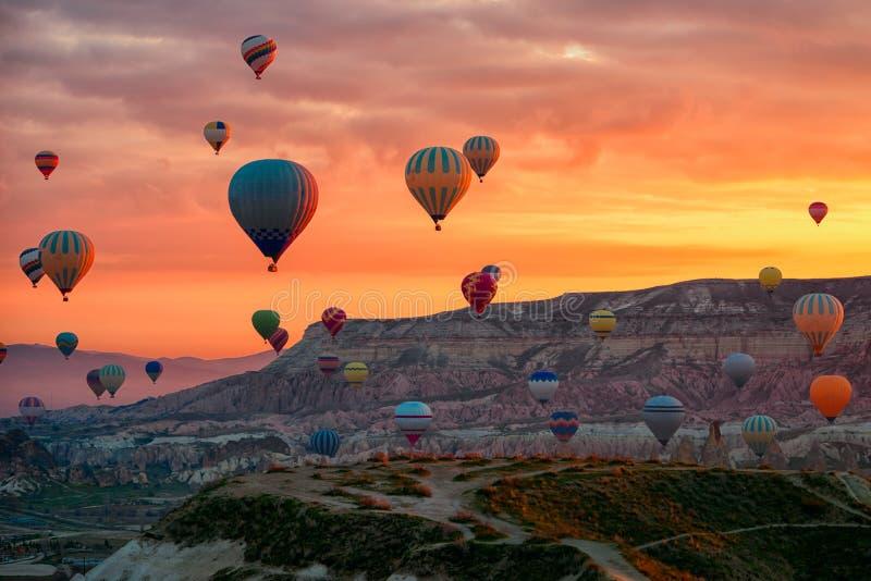 Hete Luchtballons die reis over Bergenlandschap vliegen in de ochtend royalty-vrije stock foto