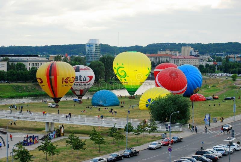 Hete luchtballons in het Vilnius-stadscentrum stock afbeelding