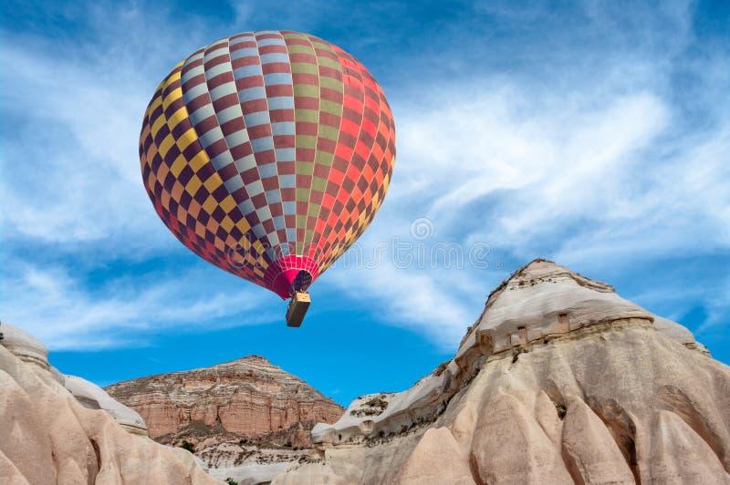Hete luchtballons over berglandschap in Cappadocia stock fotografie