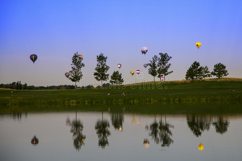 Hete luchtballons over het meer royalty-vrije stock fotografie