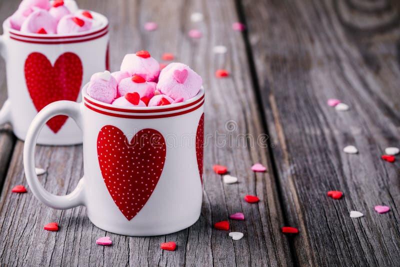 Hete melk met roze heemst in mokken met harten voor Valentine-dag royalty-vrije stock foto