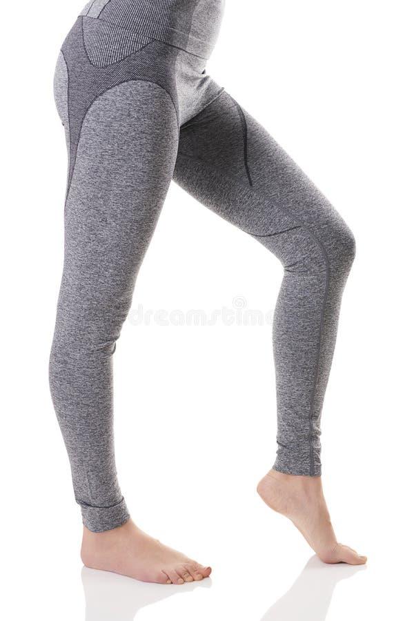 Hete mening van geschikte sexy vrouwenbenen van kant in grijs sporten thermisch ondergoed met patroon stock foto's