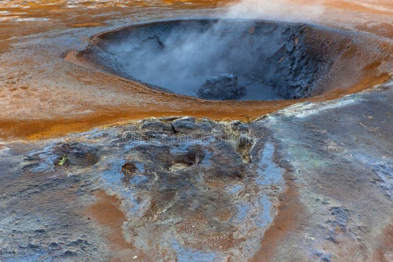 Hete Modderpotten in het Geothermische Gebied Hverir, IJsland stock afbeeldingen