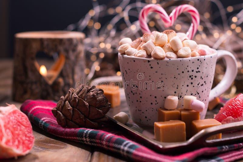 Hete op smaak gebrachte cacao met heemst en karamel Heerlijke Kerstmisdrank in de koude winter Vrije ruimte voor tekst stock foto's