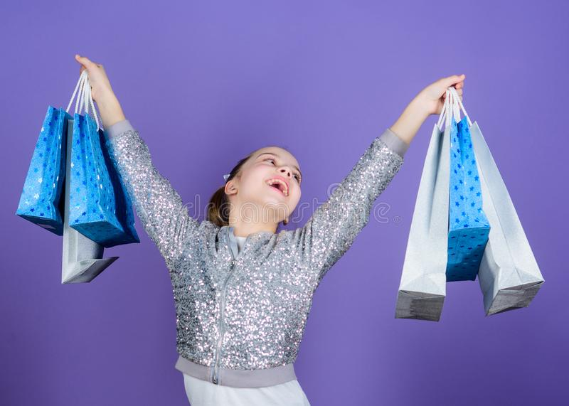 Hete overeenkomst Klein meisje met het winkelen zakken Gelukkig Kind Meisje met giften Verkoop en Kortingen Speciale aanbieding royalty-vrije stock foto's