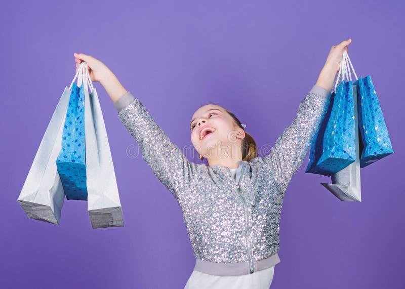 Hete overeenkomst Klein meisje met het winkelen zakken Gelukkig Kind Meisje met giften Verkoop en Kortingen Speciale aanbieding royalty-vrije stock afbeelding
