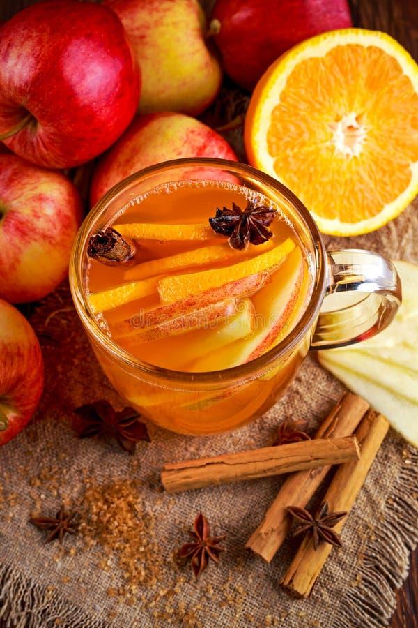 Hete Overwogen appelcider met kaneel, kruidnagels, anijsplant en Sinaasappel stock afbeeldingen