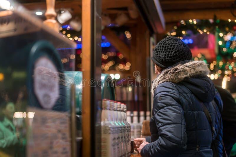 Hete Overwogen Wijn die bij Breitscheidplaz-Kerstmismarkt worden gediend royalty-vrije stock foto's