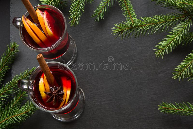 Hete Overwogen wijn met kaneel en Kerstmisboom op leischotel Hoogste mening en exemplaarruimte stock afbeeldingen