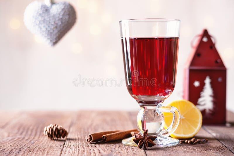 Hete overwogen wijn met kruiden, hartvorm en kandelaar stock foto