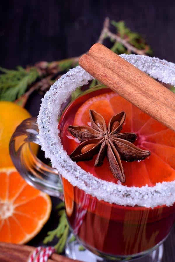 Hete overwogen wijn met plakken van citrusvruchten, kaneel en anijsplant in een Iers die glas met suikergrens wordt verfraaid stock foto