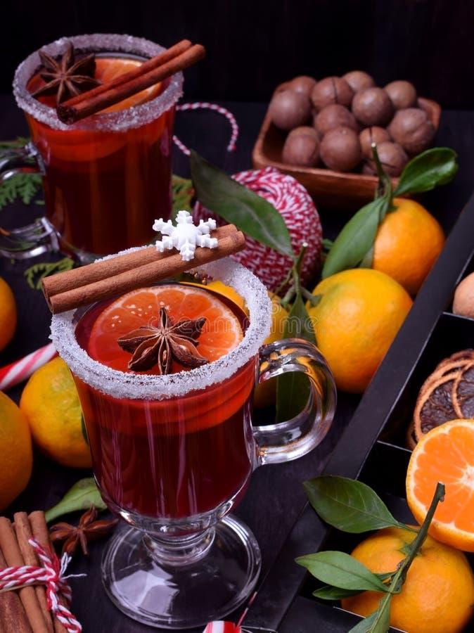 Hete overwogen wijn met plakken van citrusvruchten, kaneel en anijsplant in een Iers glas royalty-vrije stock foto's