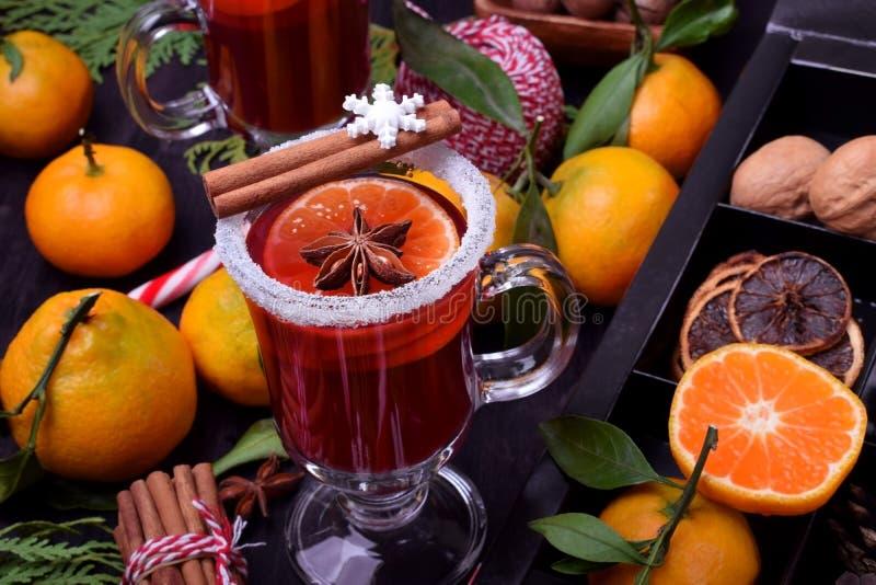 Hete overwogen wijn met plakken van citrusvruchten, kaneel en anijsplant in een Iers glas stock afbeelding