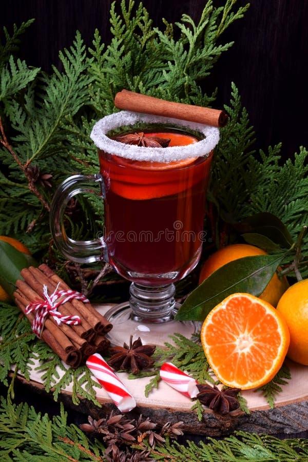 Hete overwogen wijn met plakken van citrusvruchten, kaneel en anijsplant in een Iers glas stock foto's