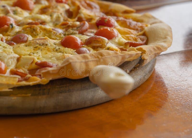 Hete Pepperonispizza Klaar om voor lunch in restaurant te dienen royalty-vrije stock afbeeldingen