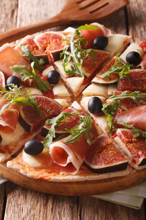 Hete pizza met fig., prosciutto, arugula, olijven en kaas ver royalty-vrije stock foto's