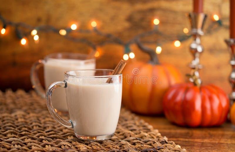 Hete Pompoen Pastei Gekruide Latte in een Duidelijke Glasmok royalty-vrije stock fotografie