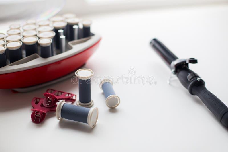 Hete rollenuitrusting op lijst met haarklemmen en ijzer stock afbeeldingen