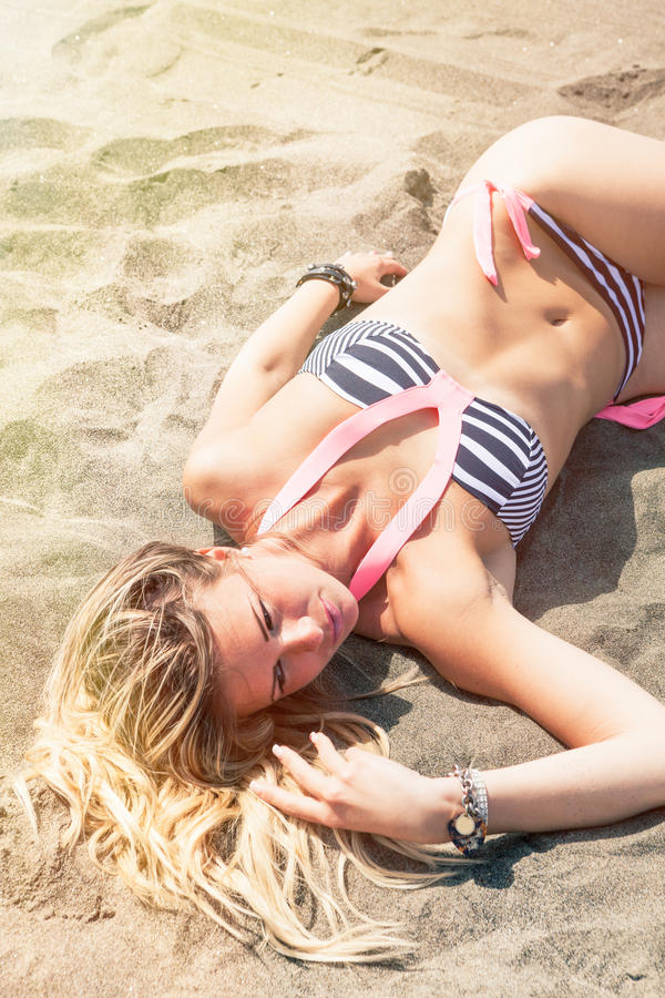 Hete sexy jonge blonde haarvrouw op het strand beachwear stock fotografie