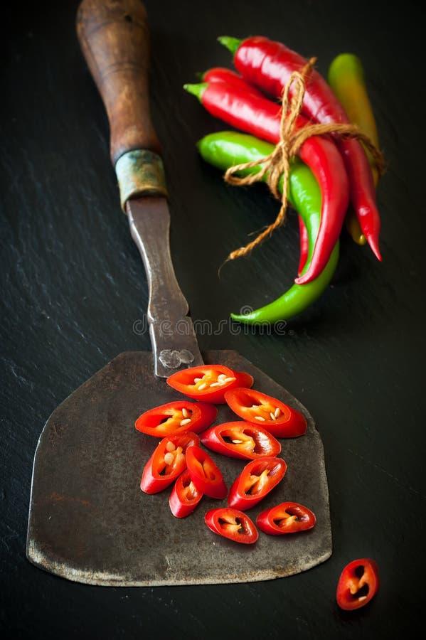 Hete Spaanse peper en antiek mes voor het hakken van kruiden royalty-vrije stock afbeelding