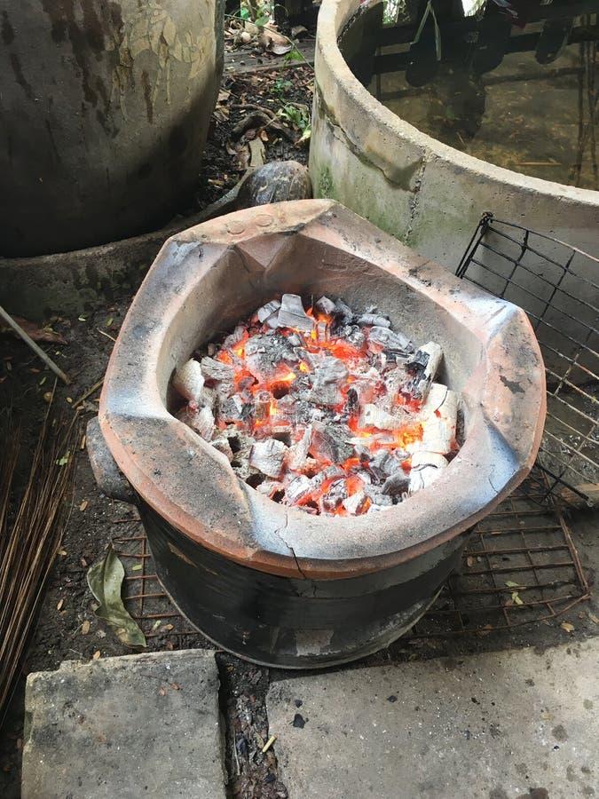 Hete steenkool in fornuis stock afbeelding