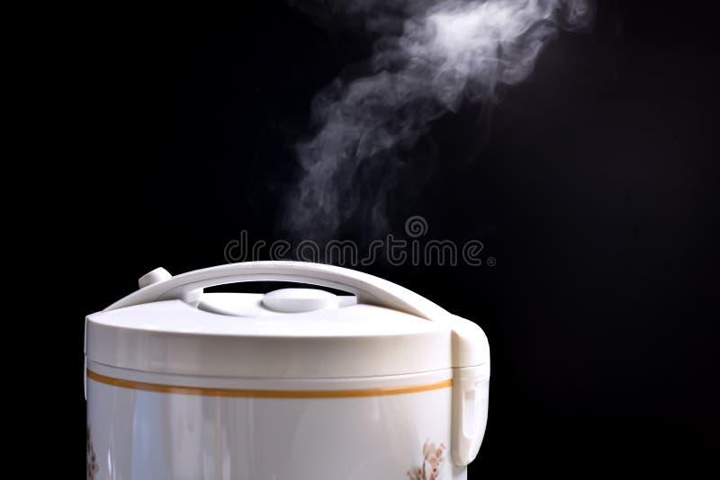 Hete stoom en rook die mooie rijstkooktoestellen drijven stock afbeeldingen
