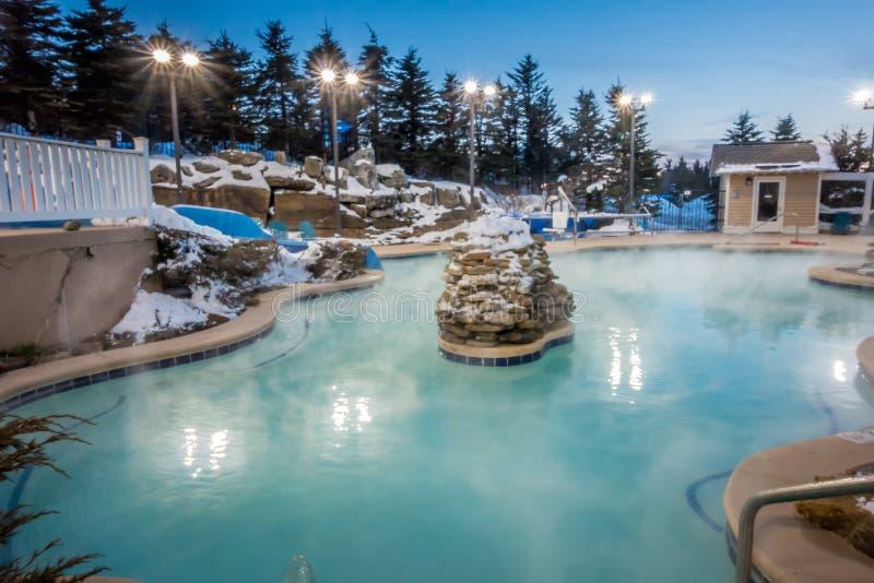 Hete tonnen en ingound verwarmde pool bij een bergdorp in de winter royalty-vrije stock afbeeldingen