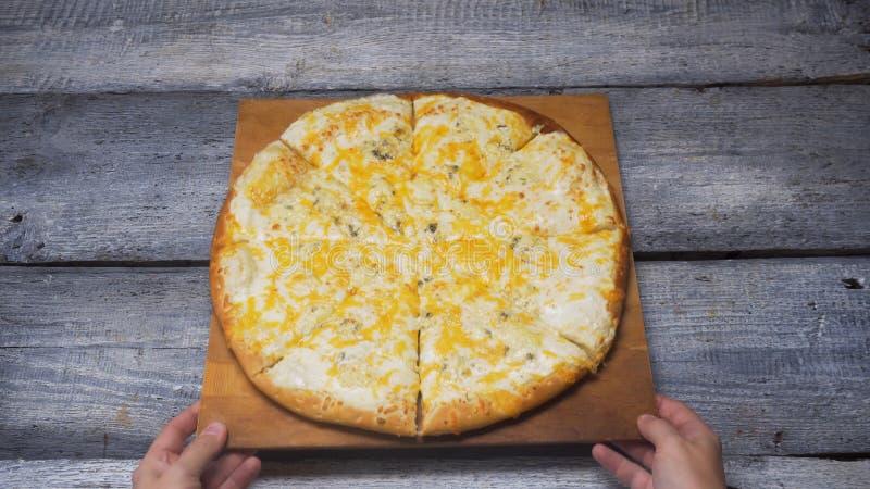 Hete vier kazen heerlijke pizza die op een dienblad op houten grijze raadsachtergrond liggen Kader Sluit omhoog voor handen wegze stock fotografie