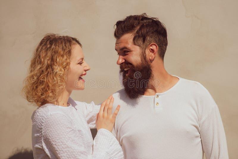Hete vrouw die in vervoering jammeren die de mens omhelzen Het genieten van van teder warm prettig ogenblik van liefde Verleiding stock fotografie