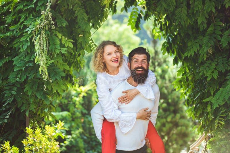 Hete vrouw die in vervoering jammeren die de mens omhelzen Kus elkaar die genietend van tederheid en intimiteit plagen Sensuele f stock fotografie