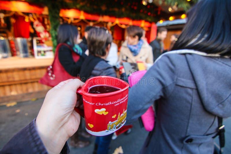 Hete wijn bij Kerstmismarkt stock afbeeldingen