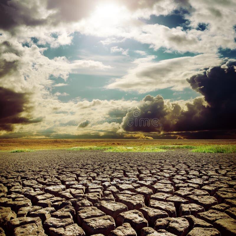 Hete zon over droogteaarde stock foto
