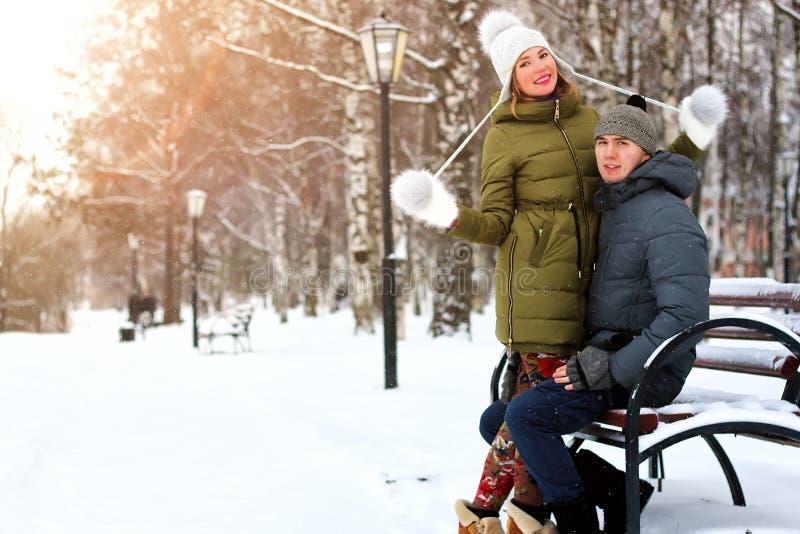 Heterossexuais do amante em uma data no inverno foto de stock
