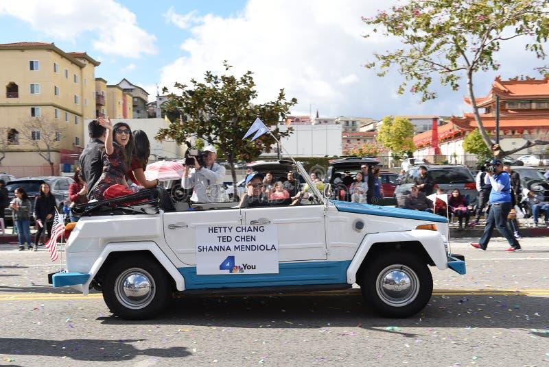 Hetty Chang een lokale TV-nieuwspersoonlijkheid berijdt in de Chinese het Nieuwjaarparade van Los Angeles royalty-vrije stock afbeelding