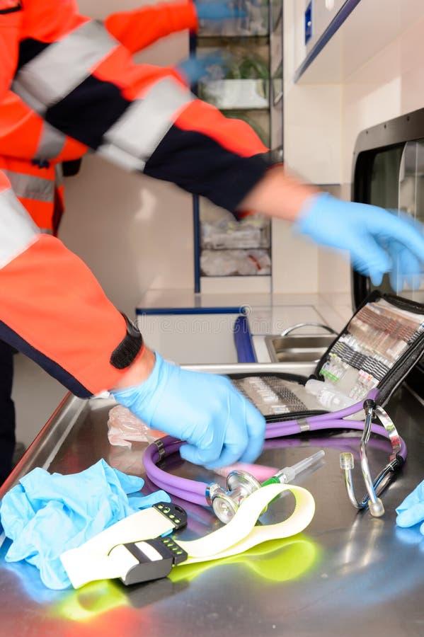 Hetzende Sanitäter mit medizinischen Geräten stockbilder