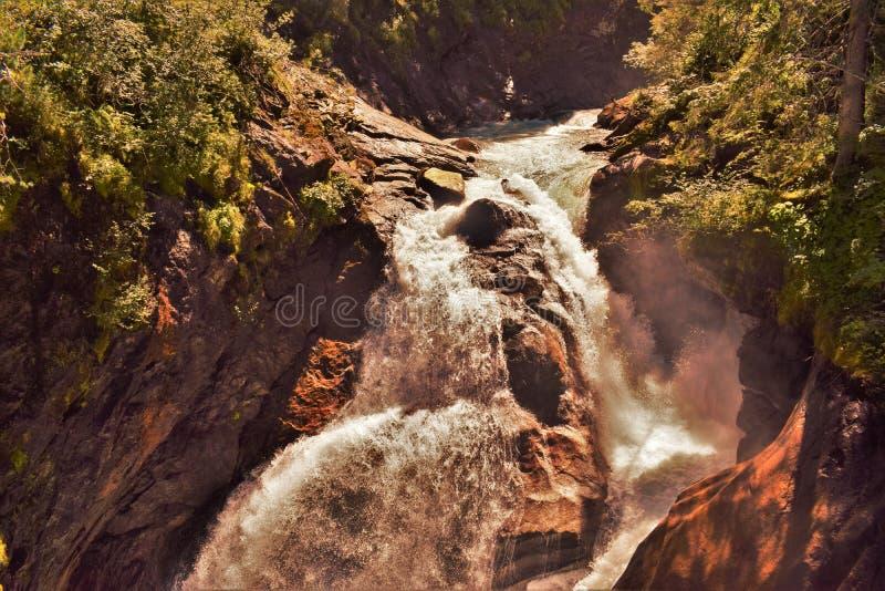 Hetzende Wasserfälle lizenzfreie stockfotografie