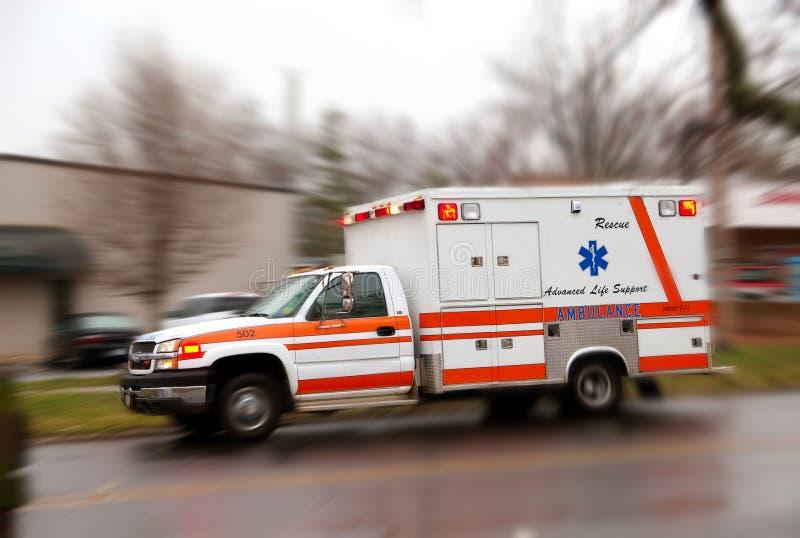 Hetzender Krankenwagen für Notfall lizenzfreies stockfoto