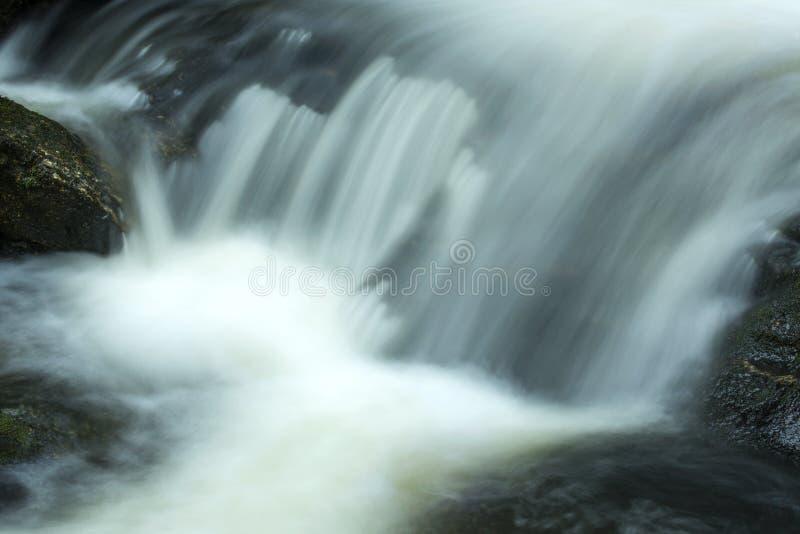 Hetzendes Wasser an der Basis von Tischler ` s fällt in Granby, Connecticu stockbilder