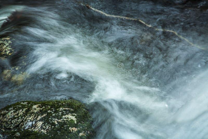 Hetzendes Wasser an der Basis von Tischler ` s fällt in Granby, Connecticu lizenzfreie stockfotografie