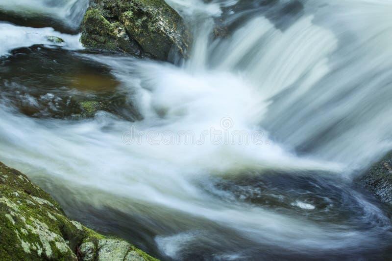 Hetzendes Wasser an der Basis von Tischler ` s fällt in Granby, Connecticu lizenzfreies stockbild