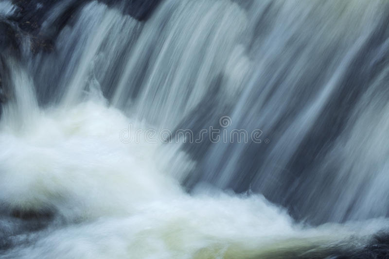 Hetzendes Wasser an der Basis von Tischler ` s fällt in Granby, Connecticu lizenzfreie stockfotos