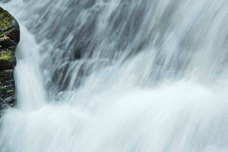 Hetzendes Wasser innerhalb Tischler ` s fällt in Granby, Connecticut stockfotos