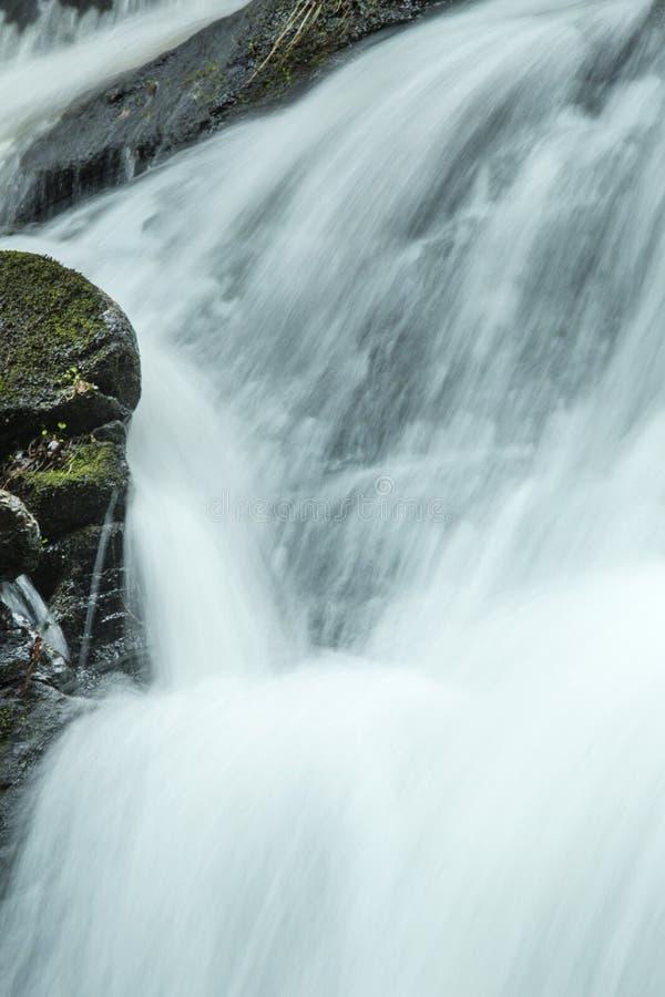 Hetzendes Wasser innerhalb Tischler ` s fällt in Granby, Connecticut lizenzfreie stockfotos