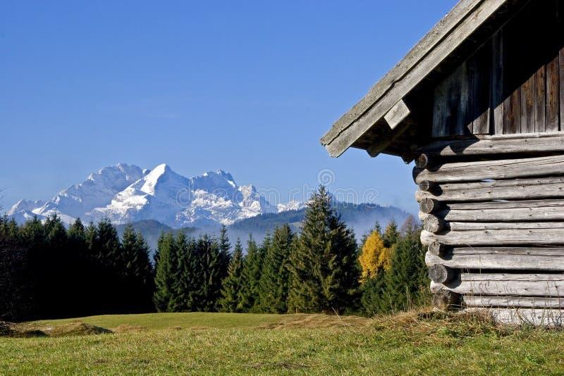 Heuhütte vor Zugspitze stockfoto