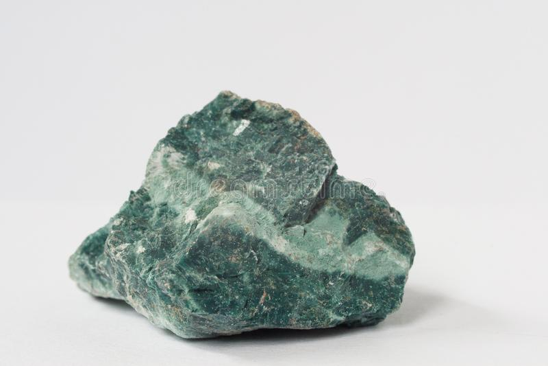 Heulandite som är mineralisk på vit bakgrund arkivfoton