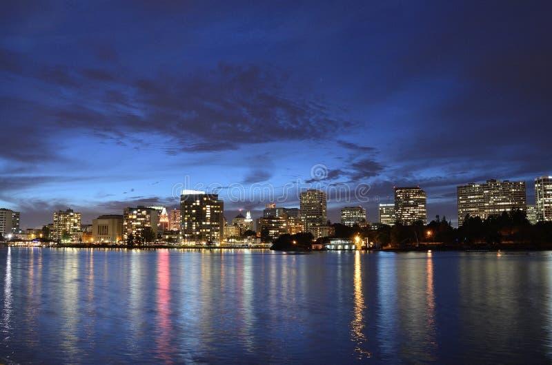 Heure bleue à la ville d'Oakland photographie stock