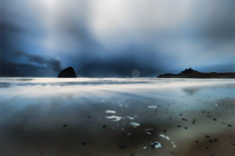 Heure bleue au cap Kiwanda dans la ville Pacifique sur la côte de l'Orégon photographie stock libre de droits