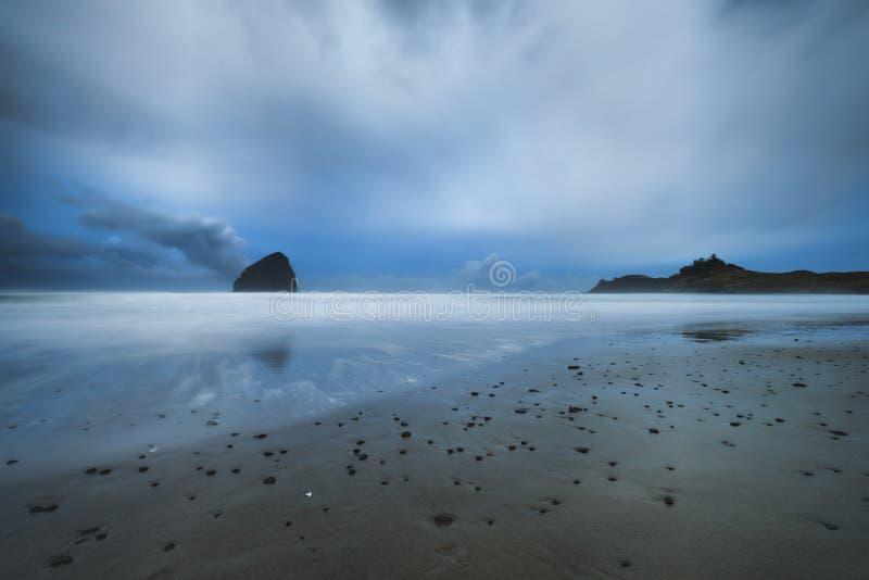 Heure bleue au cap Kiwanda dans la ville Pacifique sur la côte de l'Orégon photo stock