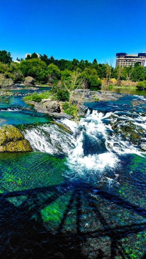 Heure d'été en parc Spokane Washington de façade d'une rivière photos stock